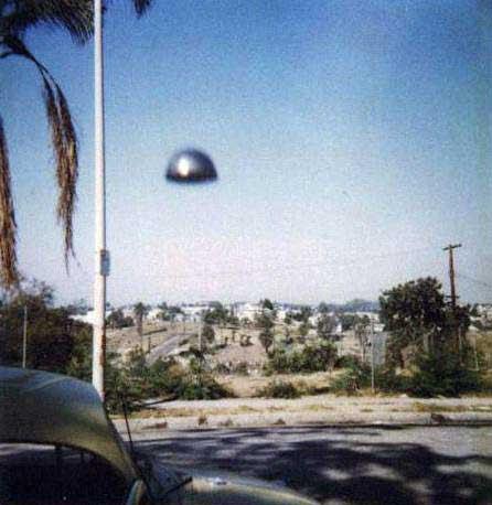 ovni a plena luz del dia en la calle volando bajo