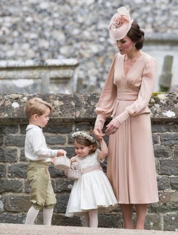 O príncipe George e a princesa Charlotte, na chegada ao casamento de sua tia.