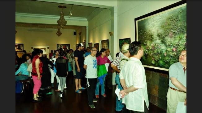 眾多訪客參觀藝術館。