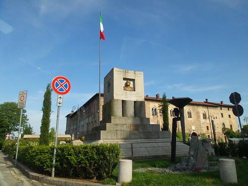 D'avanti al castello di Cassano d'Adda by Ylbert Durishti