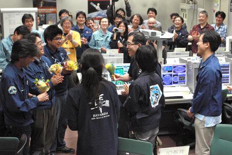 Científicos japoneses celebran el aterrizaje de la cápsula. | Ap