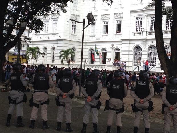 Estudantes se ocuparam a frente do Paço Municipal (Foto: Walter Paparazzo/G1)