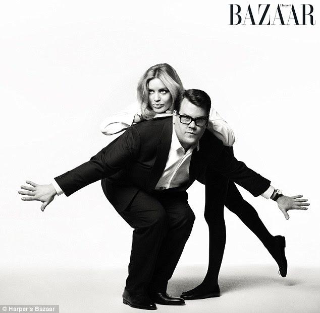 Chic monocromática: Em outro tiro preto e branco, Corden e Jagger são vistos larking volta contra um fundo branco