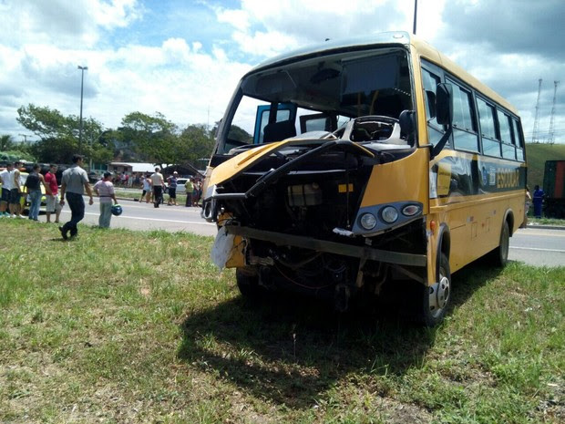 Duas pessoas estavam no coletivo no momento da colisão (Foto: VC no ESTV)