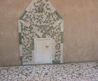 (Fenêtre à travers laquelle Mame Cheikh Ibra s'entretenait avec les disciples )