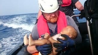 El moment del rescat del nadó ofegat