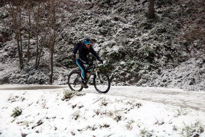 Un ciclista, en la carretera de les Aigües de Barcelona
