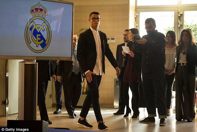 del Real nº 7 llega para su conferencia de prensa el lunes para hablar de su nuevo contrato