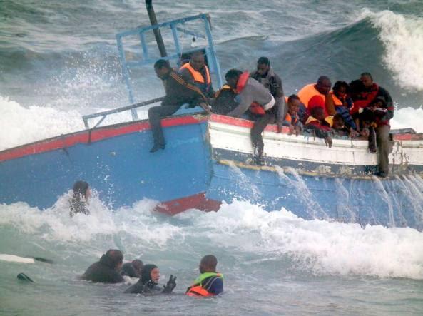 Il naufragio  di migranti al largo di Pantelleria nel 2011 (Ansa)