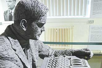 """Estátua de Alan Turing no museu de Bletchley Park, na Inglaterra; governo pede perdão por tratamento """"chocante"""""""