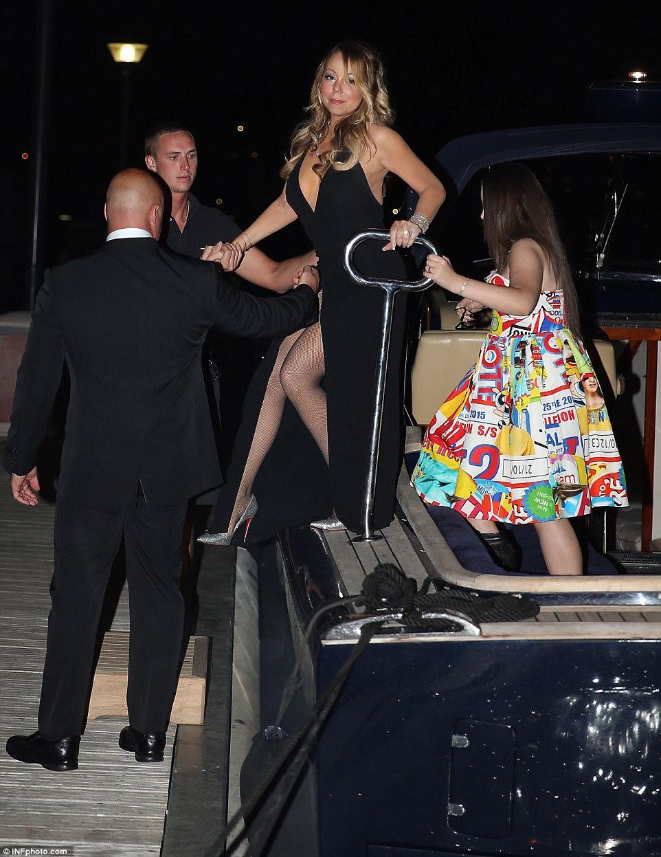 E representam: assessores de Mariah fez com que ela fez fora do barco com segurança em seu vestido atrevido