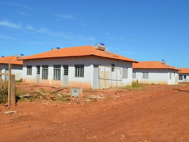 Estrutura das casas estão concluídas, ainda falta realizar os trabalhos de pintura externa e finalização da pavimentação asfáltica (Foto: Magda Oliveira/G1)