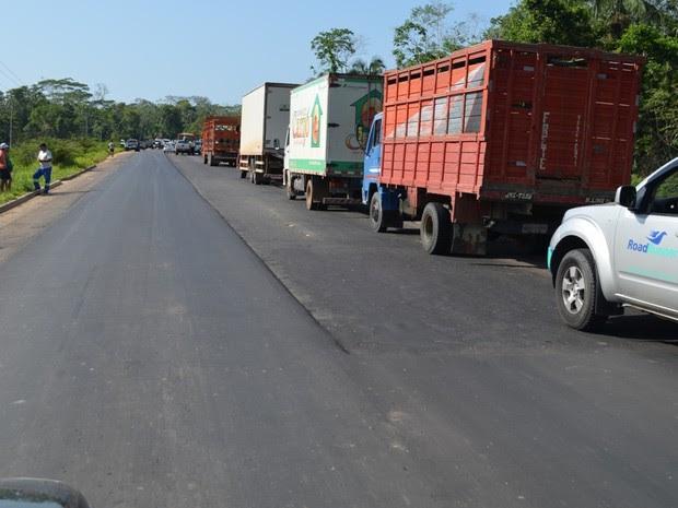 Fila de carros e caminhões se formou na BR-364 por causa do protesto (Foto: Vanísia Nery/G1)