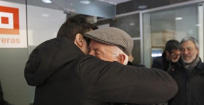 José Alcázar (d), el portavoz de los ocho sindicalistas de Airbus, celebra su absolución. EFE/Zipi