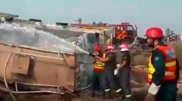 Κόλαση! Τουλάχιστον 120 άτομα κάηκαν μετά από φωτιά σε βυτιοφόρο στο Πακιστάν [vid]