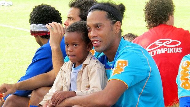 ronaldinho gaucho flamengo treino crianças (Foto: Janir Júnior / Globoesporte.com)