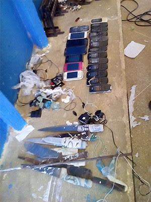 Facas, celulares, drogas e carregadores foram apreendidos durante a revista (Foto: G1)