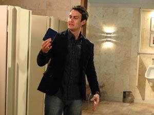 Léo pega o passaporte na privada (Foto: Insensato Coração / TV Globo)