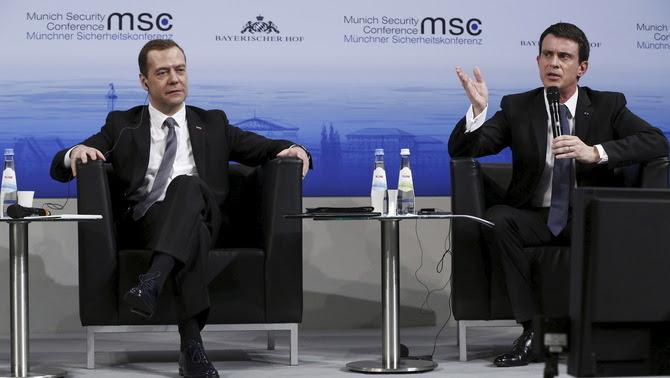 Valls critica els bombardejos russos davant del primer ministre rus, Dmitri Medvédev (Reuters)