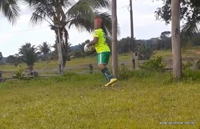 Jaru: Homem que ganhou indenização quase milionária de sitiante por ter ficado invalido em acidente, é flagrado jogando futebol