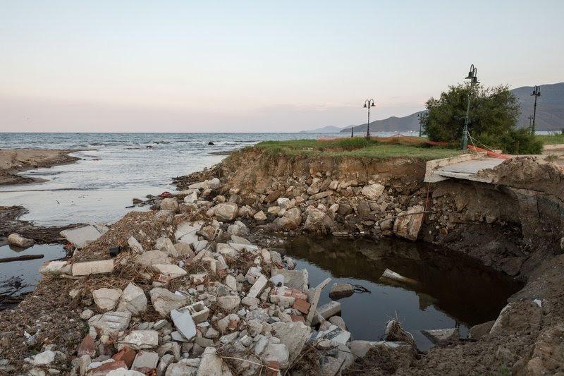 Η παραλία σήμερα δεν θυμίζει σε τίποτα αυτή, πριν την καταστροφή