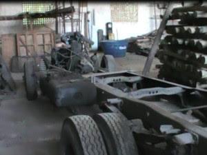 Caminhão que estaria sendo desmanchado. (Foto: Divulgação/DPJM)