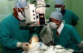 medicos-operan-vista-guatemala