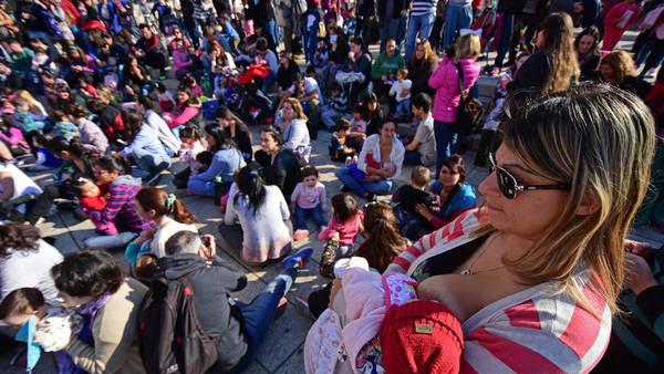 """Rosario, 23 de Julio de 2016 ¡A tomar por pecho! Este sábado pasadas las 15, comenzó la """"teteada"""" colectiva en el Monumento Nacional a la Bandera. La convocatoria a dar el pecho en espacios públicos buscó expresar el repudio al intento de detención de una joven en San Isidro, Buenos Aires, por el hecho de amamantar a su bebé en una plazolea.- Foto: JUAN JOSE GARCIA - FTP CLARIN - tetazo_rosario01.jpg - Z FTP GarciaJJ - Garcia-Rosario"""