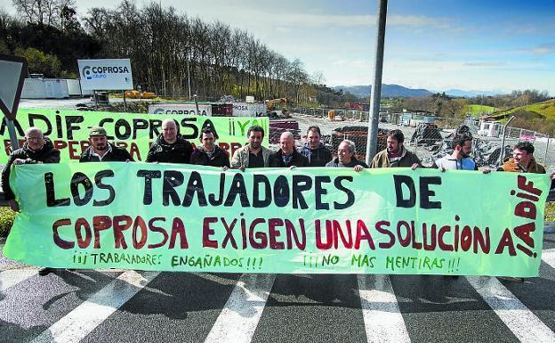 Los trabajadores se concentraron ayer en Gaintxurizketa para pedir explicaciones a Coprosa./DE LA HERA