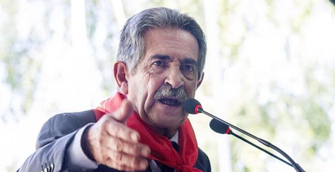 El presidente de Cantabria, Miguel Ángel Revilla, durante su intervención en los actos conmemorativos del Día de Cantabria, en la localidad de Cabezón de la Sal. EFE/ROMÁN G. AGUILERA