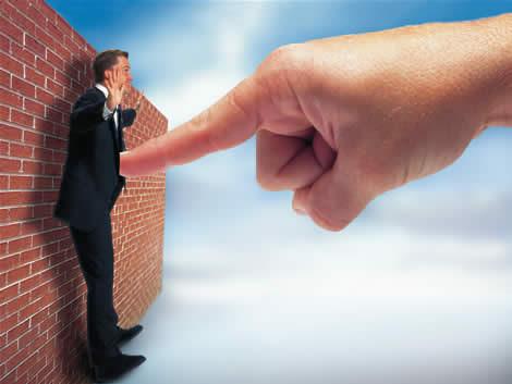 homem dedo