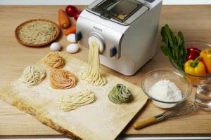 Basta colocar os ingredientes e a massa fica pronta em 10 minutos. Foto: Sankei