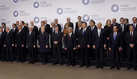 Los asistentes a la cumbre de la Unión Europea con los países de la Asociación Oriental que celebró su sesión plenaria en Vilna (Lituania)