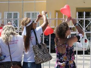 Balões foram amarrados em frente ao colégio (Foto: Amanda Franco/G1)