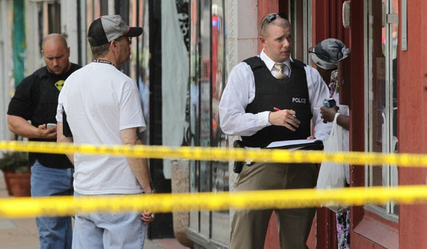 Policiais no local do tiroteio desta quinta-feira (13) em St. Louis, no estado americano do Missouri (Foto: AP/St. Louis Post-Dispatch, Robert Cohen)