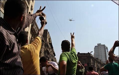 Los partidarios del depuesto presidente egipcio Mohamed Mursi señalan al  helicóptero del Ejército que sobrevuela  sobre la Mezquita Al-Fath, donde se concentraban en el 'Viernes de la Ira'.