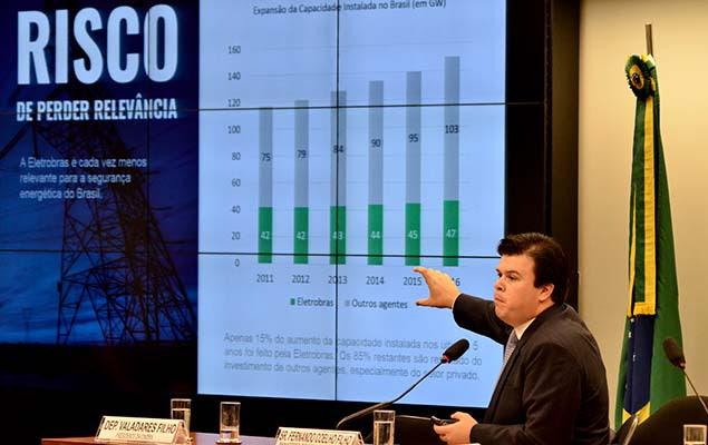 O ministro de Minas e Energia, Fernando Coelho, fala sobre privatização da Eletrobras durante audiência pública em Brasília, nesta terça