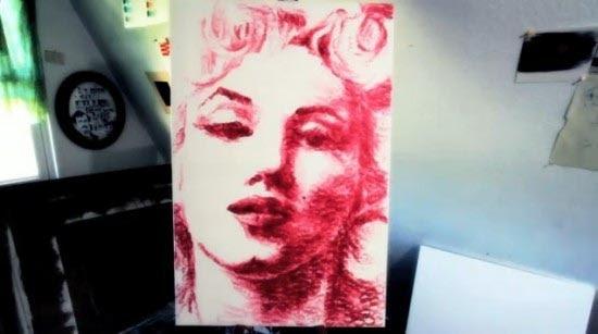 Η καλλιτέχνις που ζωγραφίζει με τα χείλη της (3)