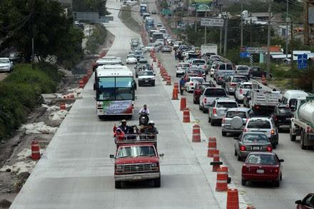 Aspecto de la caravana de la UPOEG que salió de la capital de Guerrero a la ciudad de México para exigir seguridad, paz y desarrollo en la entidad. Foto: Especial.