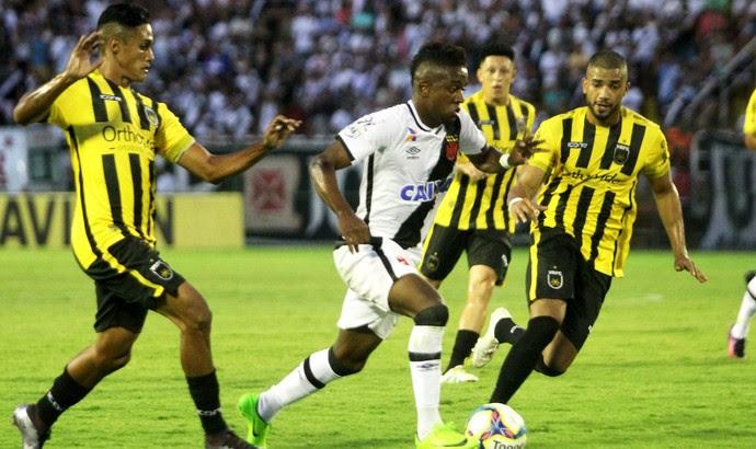 Kelvin em jogada individual no meio de marcadores do Voltaço (Foto: Paulo Fernandes/Vasco)