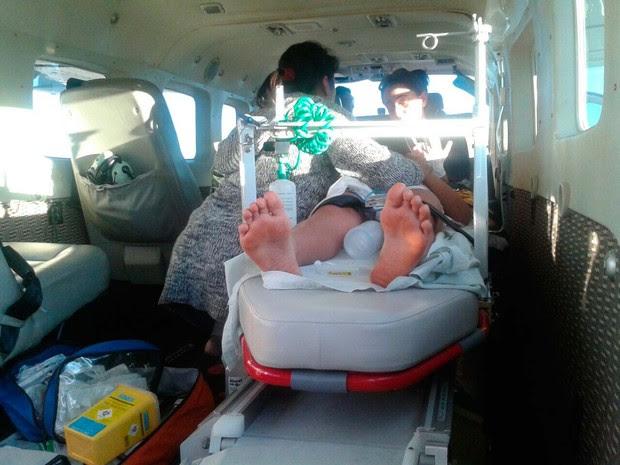 Turista de 10 anos picado por cobra na Bahia em atendimento em aeronave da PM  (Foto: Divulgação/ Graer)