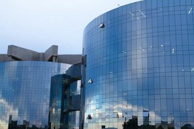 Foto de detalhe da fachada dos prédios da PGR