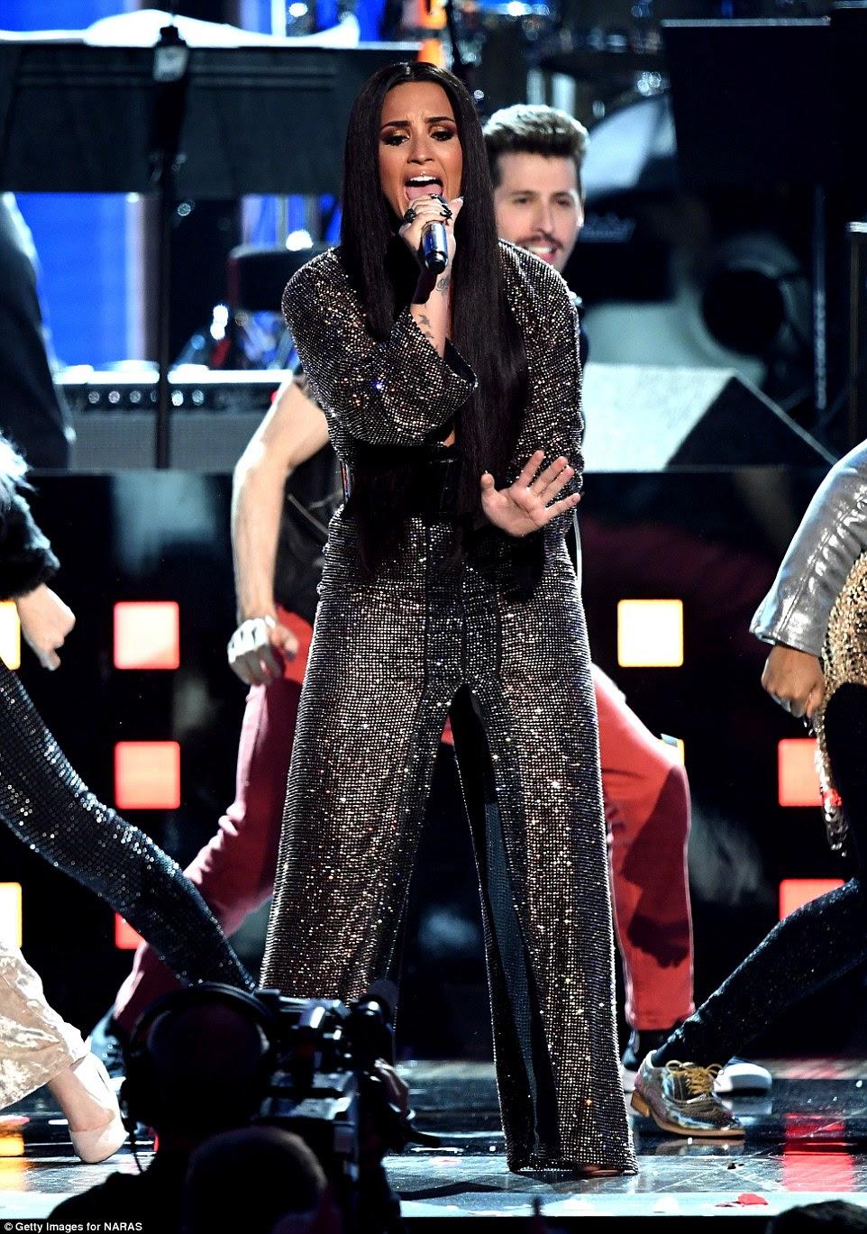 Liderando o pacote: Demi Lovato deu início a uma homenagem aos Bee Gees