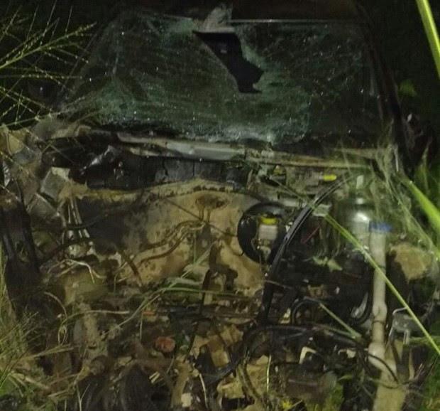 Motor de um dos carros envolvidos no acidente saiu do lugar e veículo ficou destruído (Foto: Divulgação/Polícia Militar)