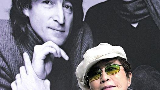 AYER Y HOY   LA VIUDA EN 2010, CON UNA FOTO DE LA PAREJA LENNON-ONO ATRÁS.