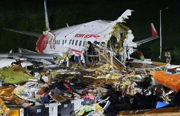 بھارت: مسافر طیارہ لینڈنگ کے دوران 2 ٹکڑے ہوگیا، 16 افراد ہلاک