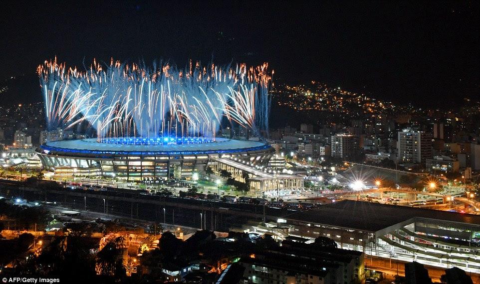 Fogos de artifício explodem sobre o estádio do Maracanã durante a cerimônia de abertura dos Jogos Olímpicos Rio 2016 no Rio de Janeiro