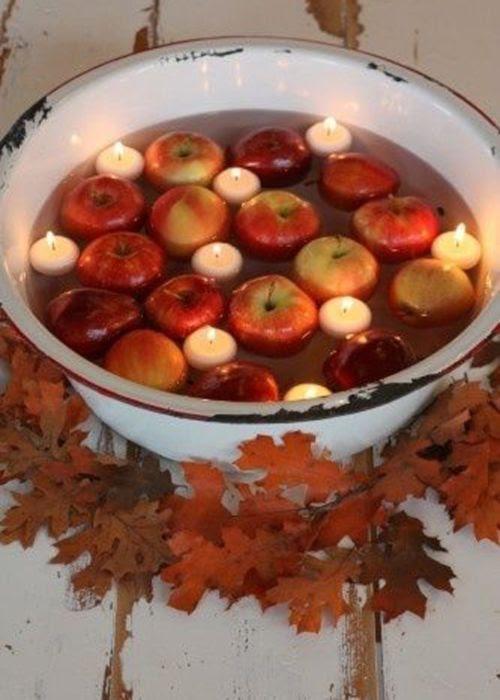 Bol de manzanas y velas flotantes