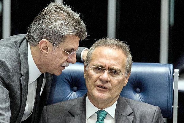 O senador licenciado e ministro Romero Jucá (PMDB-RO) conversa com o presidente do Senado Renan Calheiros, durante sessao do impeachment da presidente Dilma Rousseff
