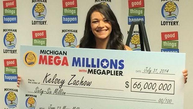 Kelsey Zachow segura o 'cheque' do prêmio que levou na loteria (Foto: Reprodução/Twitter Michigan Lottery)